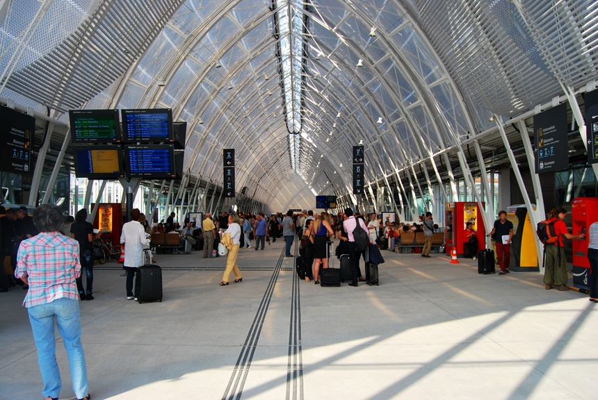 Halle de gare ferroviaire moderne