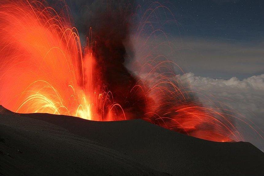 Lle volcan Merapi actuellement en éruption sur l'île de Java en Indonésie.