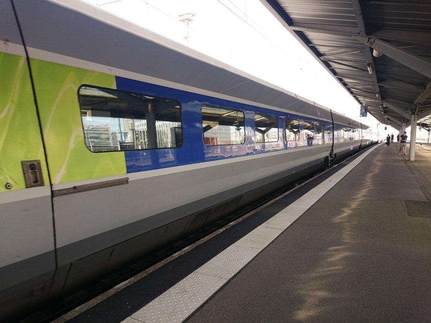 Train sur le quai d'une gare