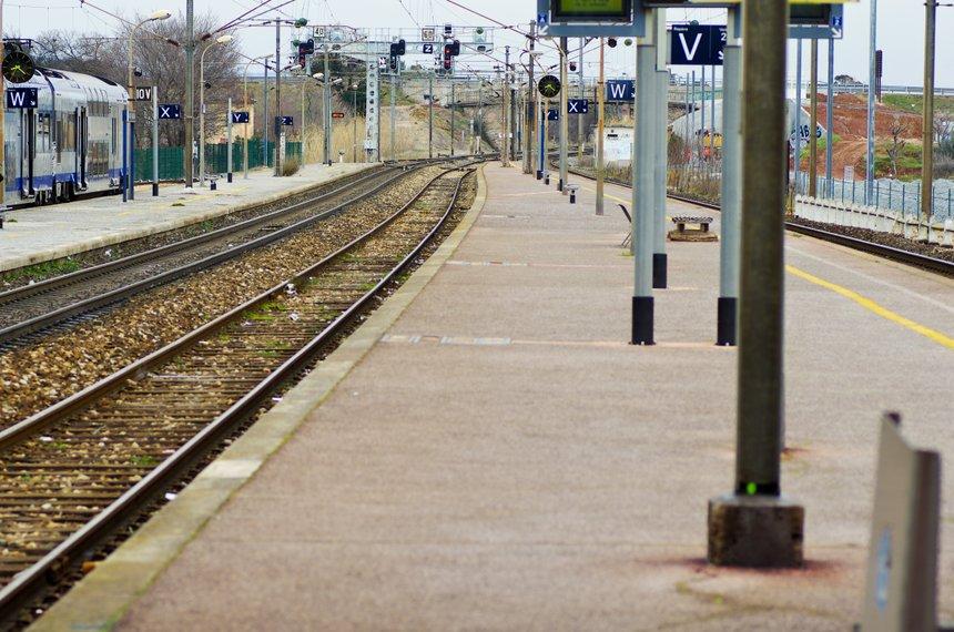 quai de gare et voie ferrée