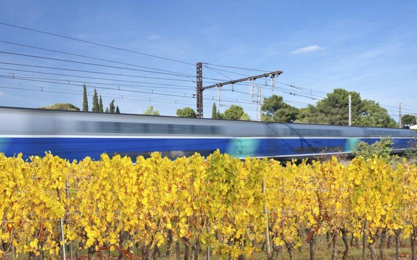 train rapide dans les vignes