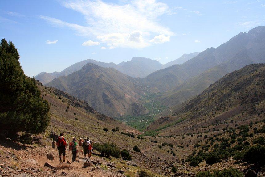 Randonneur dans les montagnes de l'Atlas marocain