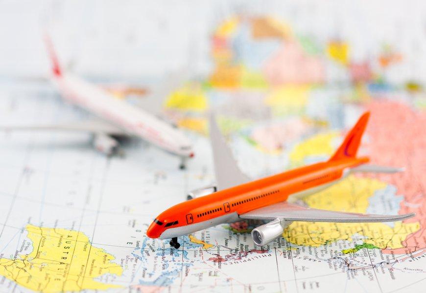 avion à réaction sur carte du monde