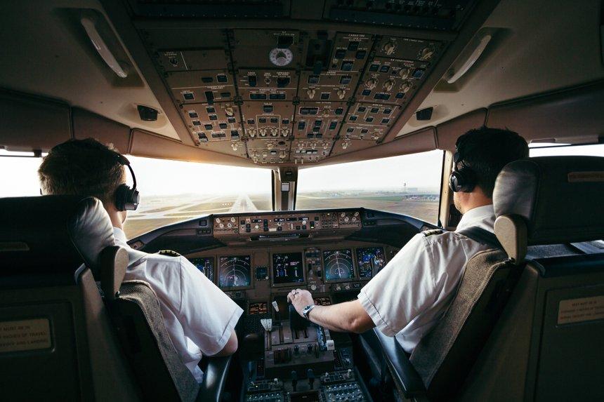 Piloten bei der Arbeit im Airliner cockpit