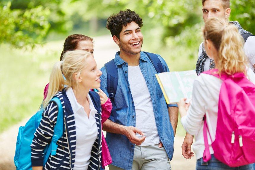 Junge Wandergruppe beim Wandern mit Wanderkarte