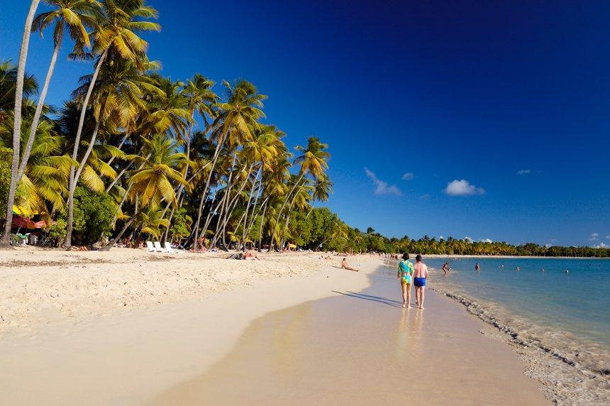 Vacanciers sur la plage des Salines en Martinique