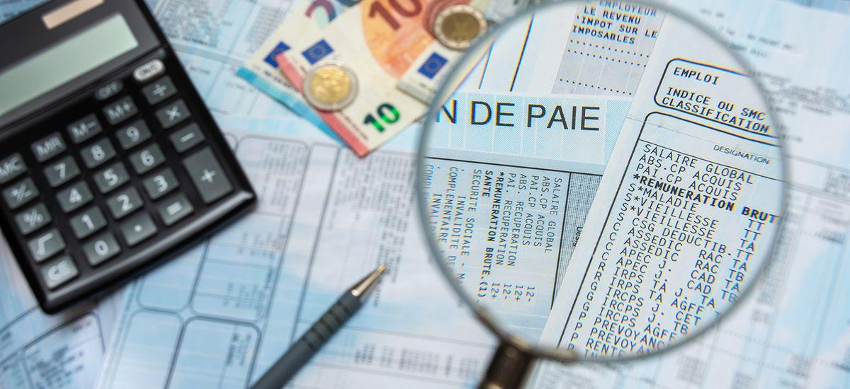 Bulletin de paie français à la loupe, avec argent en euros, ca