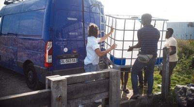 Exil: à Calais, la bataille pour l'eau fait rage
